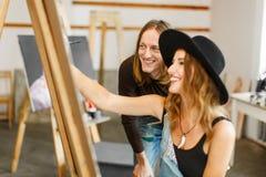 Künstler Consult sein Kollege beim Zeichnen stockbild