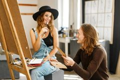 Künstler Consult sein Kollege beim Zeichnen stockfotografie