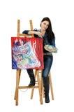 Künstler, der auf einem Gestell mit abstrakter Malerei Metamorphose sich lehnt Lizenzfreie Stockfotografie