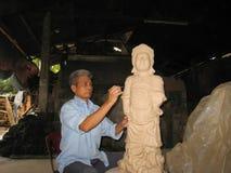 Künstler der Caytonwarendorf-Lehmstatue einer Gottheit Stockfotos