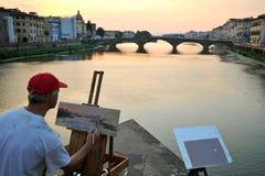 Künstler, der die Brücken von Florenz-Stadt, Italien malt Stockfotografie