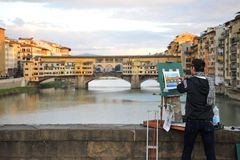 Künstler, der die Brücken von Florenz-Stadt, Italien malt Lizenzfreies Stockbild