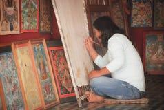 Künstler, der ein Bild in ihrem Geschäft an Pokhara-Stadt, Nepal zeichnet lizenzfreie stockfotografie