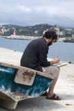 Künstler, der eine Abbildung, draußen malt Lizenzfreie Stockfotos