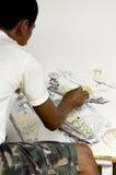 Künstler, der eine Abbildung eines sich hin- und herbewegenden Marktes zeichnet Stockfotos