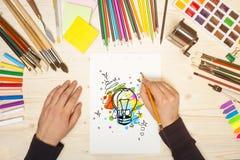 Künstler, der Glühlampe zeichnet Stockfotografie