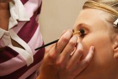 Künstler, der Kosmetik aufträgt stockfotografie