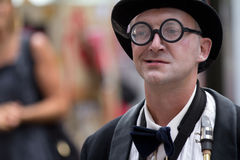 Künstler, der ringsum Gläser trägt Lizenzfreie Stockbilder