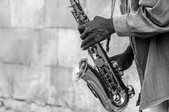 Künstler, der Saxophon spielt lizenzfreie stockbilder