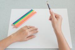 Künstler, der sich vorbereitet, mit farbigen Bleistiften zu skizzieren Lizenzfreies Stockfoto