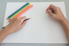 Künstler, der sich vorbereitet, mit farbigen Bleistiften zu skizzieren Lizenzfreie Stockbilder