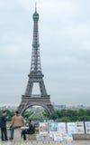 Künstler, die Malereien am Eiffelturm anzeigen lizenzfreie stockfotos