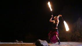 Künstler dreht brennendes Feuerschlangenbrandverhalten stock video footage