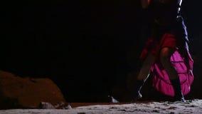 Künstler dreht brennendes Feuerschlangenbrandverhalten stock footage