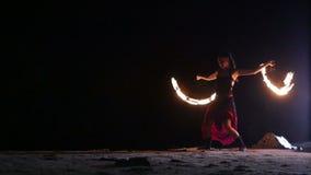 Künstler dreht das brennende Feuerfanbrandverhalten stock video