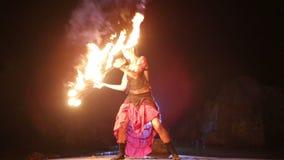 Künstler dreht das brennende Feuerfanbrandverhalten stock video footage