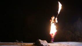 Künstler dreht das brennende Feuerschlangenbrandverhalten stock footage