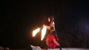 Künstler dreht das brennende Feuerschlangenbrandverhalten stock video