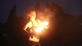 Künstler dreht die Feuerpalmen-Fackelleistung stock footage