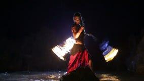 Künstler dreht die Feuerschlangenleistung stock video footage