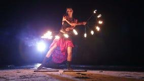 Künstler dreht Feuerfanleistung stock video