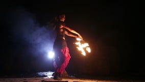 Künstler dreht Feuerfanleistung stock footage