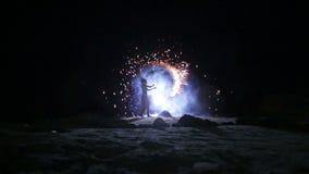 Künstler dreht Feuerwerksbrandverhalten stock video