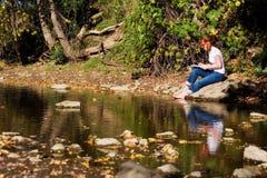 Künstler durch einen Teich stockfotografie