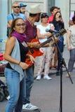 Künstler führen in der Straße durch Buskers-Festival stockbilder