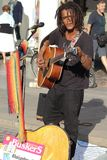 Künstler führen in der Straße durch Buskers-Festival stockbild
