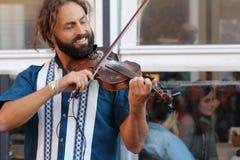 Künstler führen in der Straße durch Buskers-Festival stockfotografie
