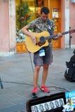 Künstler führen in der Straße durch Buskers-Festival Affemann u. der Schrittmacher Lizenzfreies Stockfoto