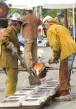 Künstler gießen flüssiges Eisen Lizenzfreies Stockfoto