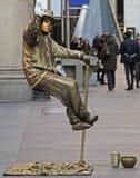 Künstler hängt in einer Luft, Mailand, Italien Lizenzfreie Stockfotos