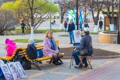 Künstler im Park malt ein Porträt einer Frau Tscheboksary, Russland, 07/05/2018 lizenzfreie stockfotos