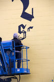 Künstler malend im Freien auf Wand Lizenzfreie Stockfotos