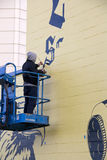 Künstler malend im Freien auf Wand stockfotografie