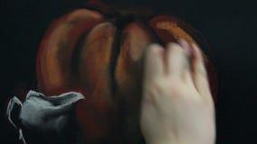 Künstler malt ein Pastellstillleben stock video footage