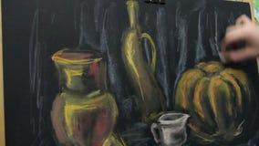 Künstler malt ein Pastellstillleben stock footage