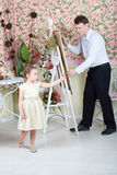 Künstler malt Porträt des netten kleinen Mädchens lizenzfreies stockbild