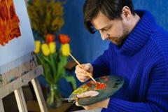 Künstler mit Bürsten und Palette Stockfotos