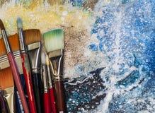 Künstler Paint Brushes auf einer Malerei Stockbilder