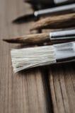 Künstler Paintbrushes auf hölzernen Planken Stockfoto