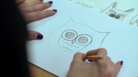 Künstler Paints die Vogel-Eule auf Papier mit a stock video