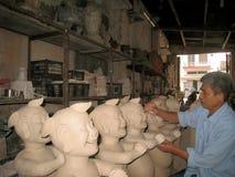 Künstler redigieren Statue des Mannlächelns Lizenzfreies Stockbild