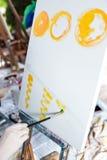 Künstler ` s Hand mit Bürstenmalerei auf Segeltuch Lizenzfreie Stockfotografie