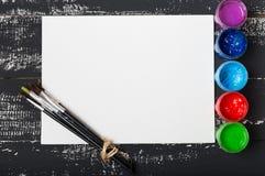 Künstler `s Werkstatt Einzelteile für Kind-` s Kreativität auf einem hölzernen Hintergrund Acrylfarbe und Bürsten auf weißem hölz Lizenzfreie Stockfotos
