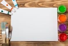 Künstler `s Werkstatt Einzelteile für Kind-` s Kreativität auf einem hölzernen Hintergrund Acrylfarbe und Bürsten auf weißem hölz Lizenzfreie Stockbilder