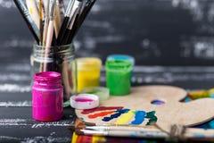 Künstler `s Werkstatt Einzelteile für Kind-` s Kreativität auf einem hölzernen Hintergrund Acrylfarbe und Bürsten auf weißem hölz Stockfotos