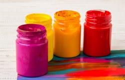 Künstler `s Werkstatt Einzelteile für Kind-` s Kreativität auf einem hölzernen Hintergrund Acrylfarbe und Bürsten auf weißem hölz Lizenzfreies Stockfoto